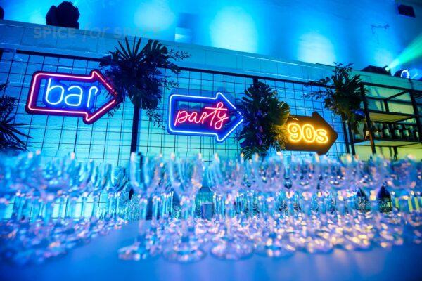 neony strzałki bar party 90s