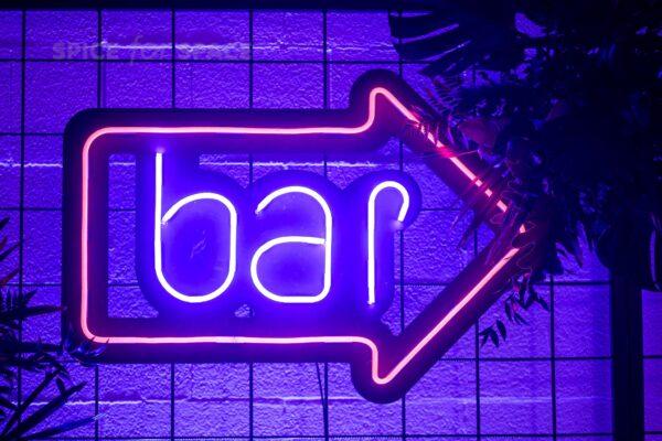 neon bar ze strzałką